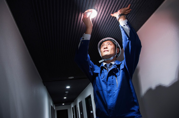 電球交換中のビル管理作業員